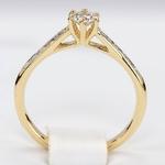 Pierścionek zaręczynowy z brylantami z żółtego złota P0563ZB
