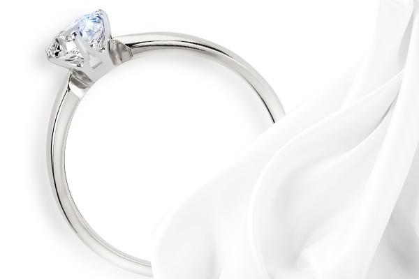 Jak czyścić pierścionek z brylantem?